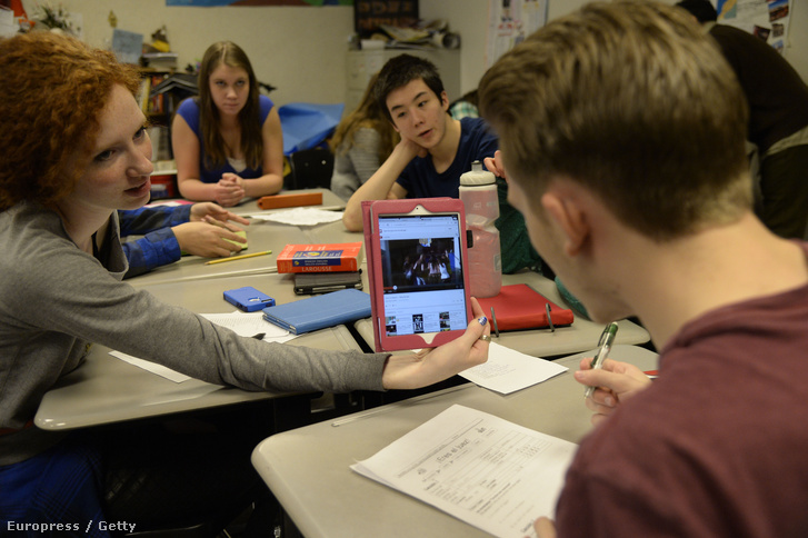 Digitális táblagépet használnak hallgatók egy amerikai középiskolában