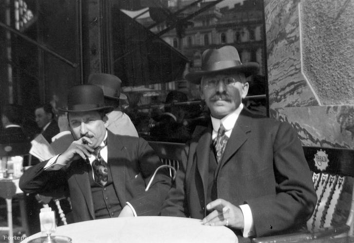 Szivarozók az Abbázia kávéház teraszán 1917-ben