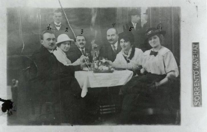 Vidám társaság a Sorrento kávéház képeslapján