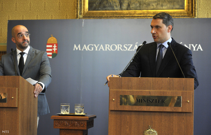 Lázár János, a Miniszterelnökséget vezető miniszter szokásos heti sajtótájékoztatóját tartja az Országházban 2016. április 14-én. Mellette Kovács Zoltán kormányszóvivő (b).