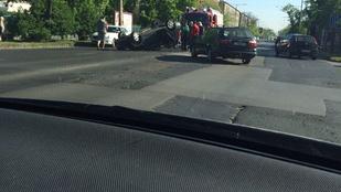 Elég rossz szögben landolt egy autó a Fogarasi úton