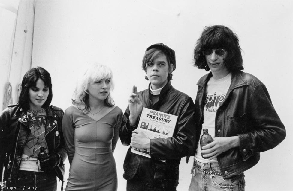 Egészen legendás csoportkép, amin egymás mellett látható (jobbról balra) Joan Jett, Debbie Herry, David Johansen a New York Dollsból és Joey Ramone. A zenészek egy közös haverjuk tematikus punkesküvőjén vettek részt együtt.