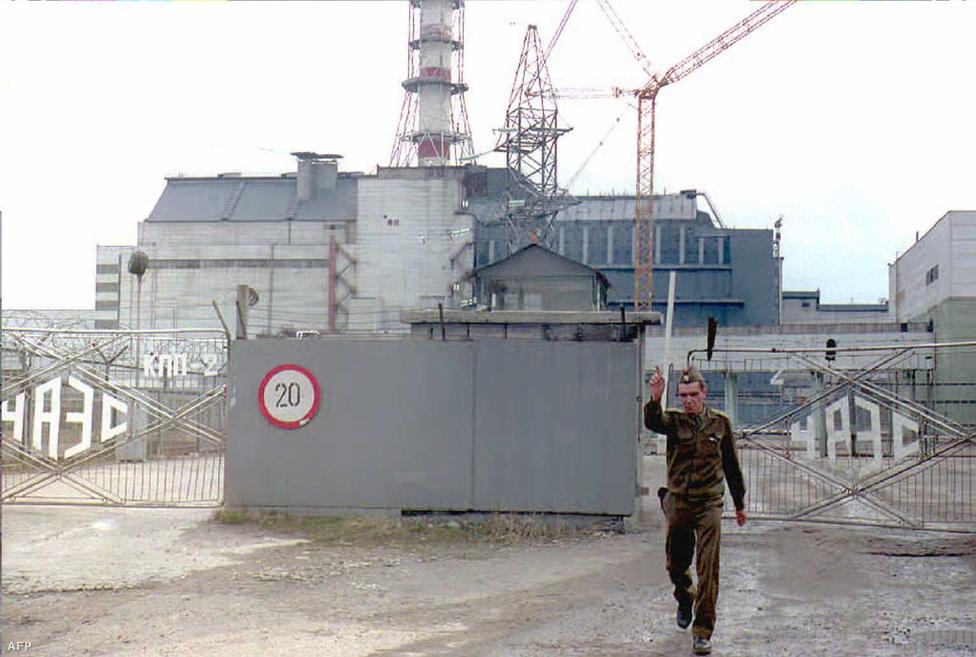 A leolvadt négyes reaktor melletti biztonsági őr felszólítja a fotóst, hogy ne készítsen képeket: még 1995-ben, a katasztrófa után jó pár évvel sem szerették ezt. A háttérben az első szarkofág látszik, ez                          200 tonna radioaktív, lávaszerű olvadékot borít, amelyben a nukleáris üzemanyagon át a fűtőrudak alkatrészéig és a szabályozórudakig minden van, valamint 30 tonna szintén radioaktív port, 16 tonna uránt és plutóniumot fogott meg.