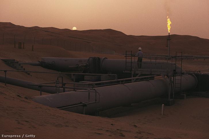 Szaudi olajmező a naplementében