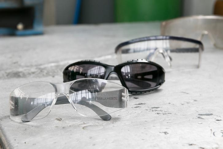A víztiszta Zekler mögött a szintén munkavédelmi napszemüvegem, illetve régebbi, valóban kényelmetlen típusok