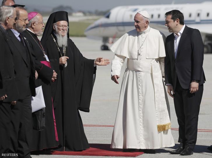 A katolikus egyházfőt Alekszisz Ciprasz görög miniszterelnök és a két vallási vezető fogadta Mytilene repülőterén