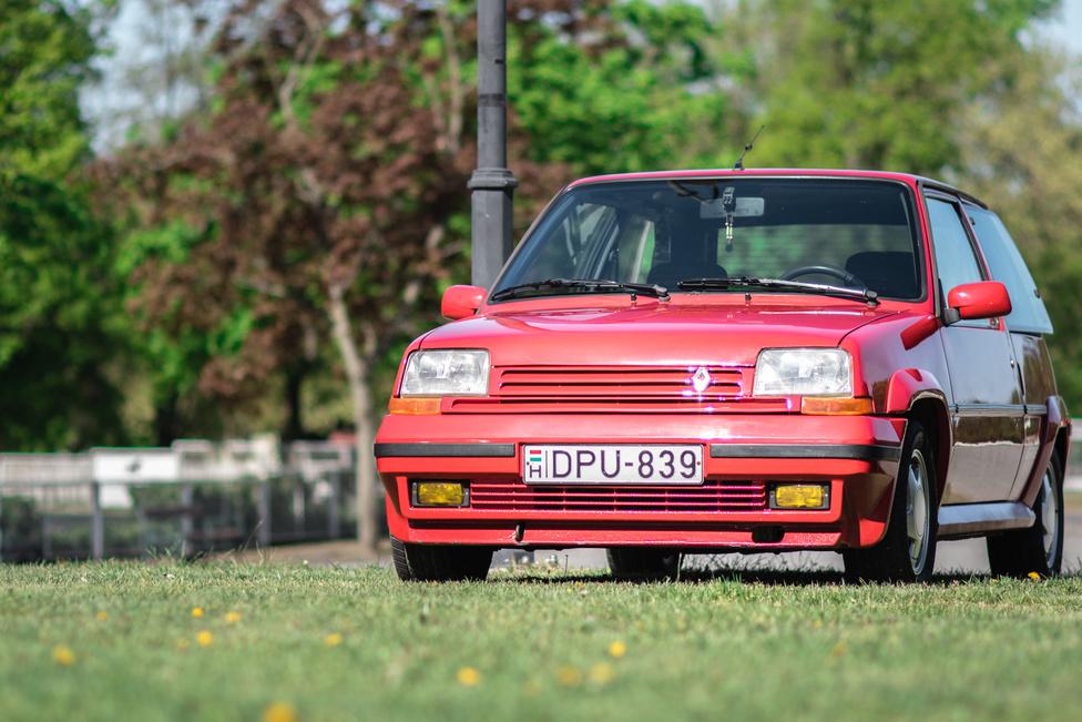 95 lóerő 800 kilóra? Hát ki ne akarna táncba vinni egy Renault 5 GTE-t?