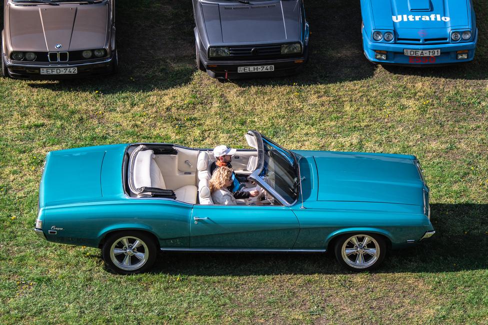 Annak idején a kicsivel tehetősebb amerikai nem állt be a sorba, nem vett Mustangot, inkább Mercury Cougarba ült.