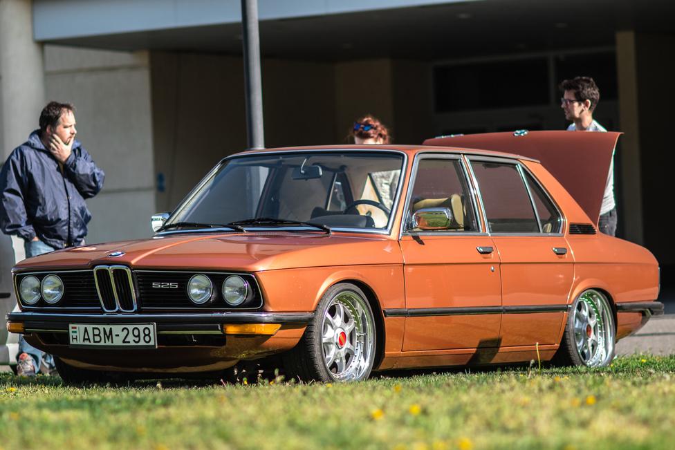 A legtöbb veteránnak nem áll jól az ültetés és a nagy felni. A BMW E12 ezalól kivétel.