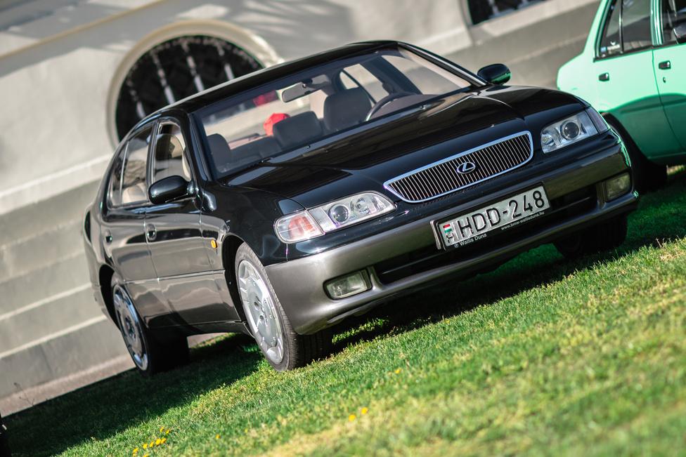 Azért valljuk be, a kilencvenes években a Lexus formatervezői még egy kicsit kóvályogva keresték az irányt. A GS300 egyik nagy erénye viszont, hogy a Suprát magasba emelő 2JZ motor van az orrában, ami a legtöbb JDM-tuner nedves álma. Az SC300 felni pedig csak a koktélcseresznye a hab tetején.