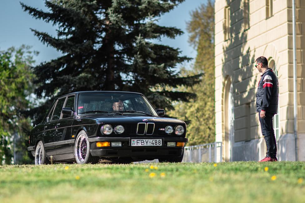 Azért itt-ott folyik vita, hogy akkor most a BMW E28 cápa-e vagy sem, mert sok purista szerint az a cím az ötösök között az E12-nek jár. Igazából lényegtelen, mert E28-at látni, és még hallani is, mindig jó!