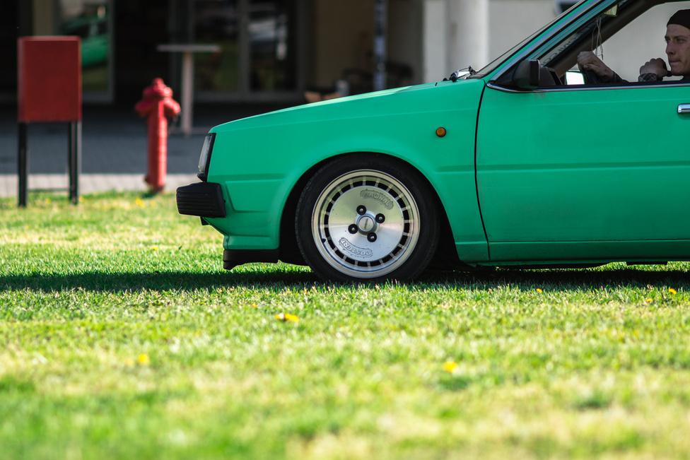 Ez az 1.5-ös, karburátoros Nissan Sunny  1983-ból ékes példája, hogy boldogan megfér egymás mellett túlrestaurált garázskirálynő és (itt) fűig ültetett tuningautó. Ja, és ez nem Turbo, hanem a másik Ronal, a Postert.