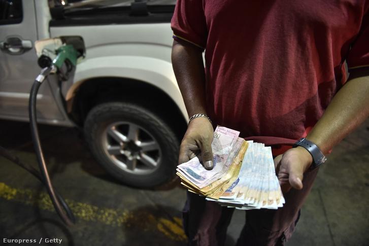Férfi tankol egy venezuelai benzinkúton