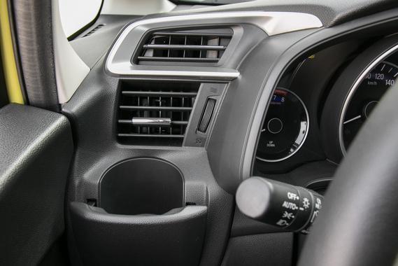 Egy fix légbeömlő az oldalablaknak, egy irányítható a sofőrnek