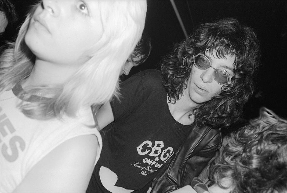 A Ramones leszerződött a Warnerhöz tartozó, akkor főleg európai progresszív rock zenekarokat kereső Sire Recordshöz, akik először csak egy kislemezt akartak kiadni velük. Végül sikerült meggyőzni a kiadót, és 1976-ban elkezdhették a stúdiófelvételeket. Mindössze egy hét alatt vették fel az egészet, és 6400 dollárba került összesen, ami abban a korszakban megdöbbentően költséghatékonynak számított pláne úgy, hogy azóta a punkzene legmeghatározóbb albumai között emlegeti minden szakértő.