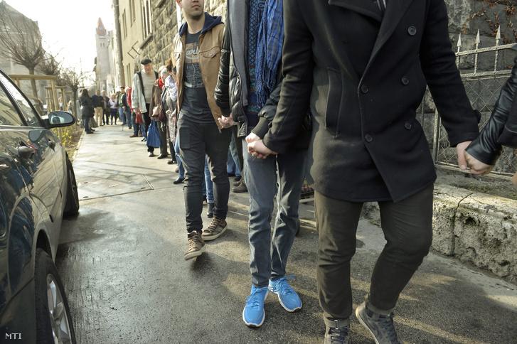 Élőlánc a Tanítanék mozgalom egyórás időtartamra meghirdetett polgári engedetlenségén, a budapesti Kölcsey Ferenc Gimnázium előtt 2016. március 30-án.
