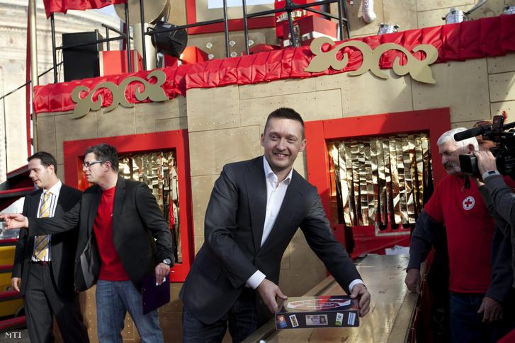 Rogán Antal egy Gazdálkodj okosan társasjátékkal a Mikulásgyárban