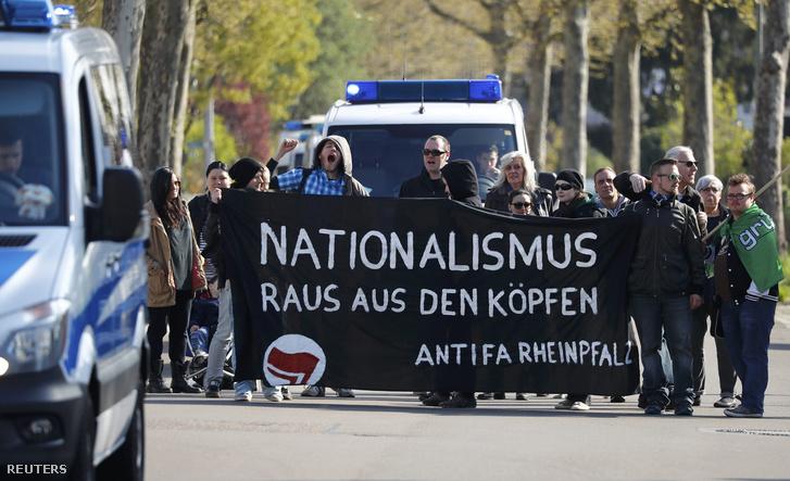 Tüntetők fogadták Orbán Viktort Helmut Kohl háza előtt