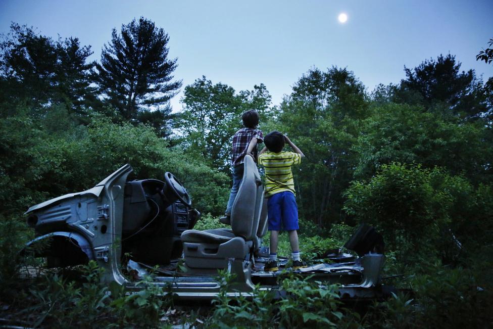 Strider és Gallagher az erdőben csavarognak kora este. Gyakran játszott egyedül a két gyerek, amíg a nagyszülők dolgoztak valamit. Itt egy törött távcsövet találtak egy szétbontott Ford mellett, és együtt nézték vele a Holdat. Az akkor öt éves Strider azt kérdezte a fotóstól, tudja-e, hogy mi van a Holdon?