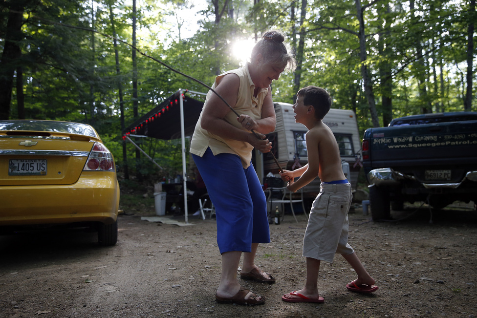Lanette és Strider egy bottal játszanak, és a délutáni nap fénye szűrődik át a fák között. A nagyszülők a kezdetektől fogva kételkedtek benne, hogy gondját tudják majd viselni a fiúknak. Pláne, hogy szinte mindenüket elvesztették, amikor a tartozásaik miatt holmijaik egy részét le is foglalták a kilakoltatásuk előtt.