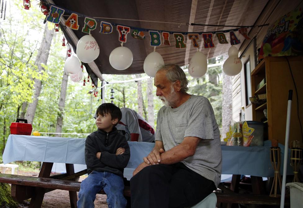 Strider hatodik születésnapja. Édesanyja és Lanette elmentek a közeli Walmartba tortáért, de már két órája nem érkeztek vissza. Strider csalódottan ül az otthonuk feldíszített verandáján a nagypapával.