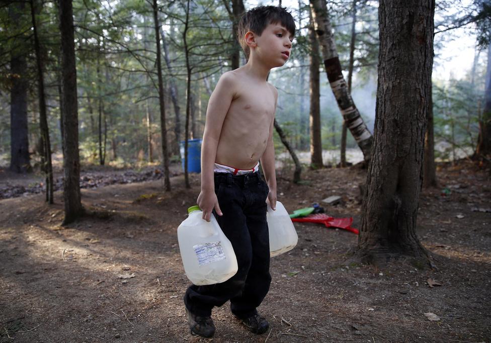 Strider vizet hord a közeli kútról a nagyszülei lakókocsijába. A kilakoltatás után folyamatosan úton voltak a konfort nélküli lakókocsival, és egy-egy helyen csak néhány napra táboroztak le a Maine-i erdőben - ahol persze nem volt vezetékes víz. Naponta többször kellett fordulnia, hogy mindig legyen vizük a főzéshez, fürdéshez, mosogatáshoz és a mosáshoz. A nagyszülők nem mondták el a fiúknak, hogy mi történik velük, a gyerekek csak annyit tudtak, hogy táborozni mennek a nyáron.