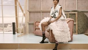 2016: Rihanna nejlonzoknival fokozza a szőrös gumipapucsot