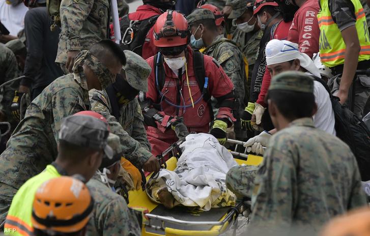 Mentőegységek szállítanak egy kisgyermek holtestét a földrengés által legsúlyosabban érintett Pedernales városban, 2016. április 18-án.
