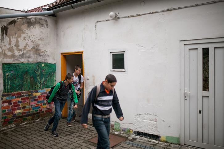 Diákok érkeznek a hátrányos helyzetű gyerekek felzárkóztatásával is foglalkozó pécsi Faág tanoda épületébe.