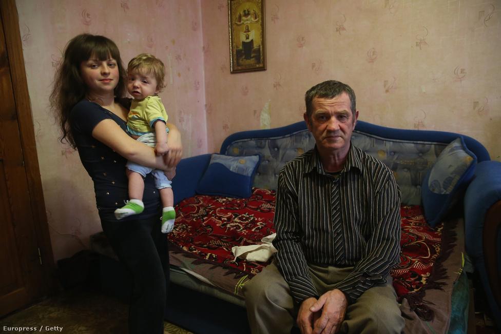 Az 59 éves volt csernobili likvidátor, Alekszander Malis kétszobás lakásában ül Harkovban, ahol feleségével, lányával és unokájával él. A férfi négy és fél hónapot dolgozott az erőmű környékén 1987–88-ban a négyes reaktor romjainak eltakarításán. Parancsnokai dózismérőt adtak neki, hogy mérjék a szerrvezetét érő radioaktivitást. A mérőt minden másnap lecserélték, és Malis sosem látta, mennyit mértek. Abban biztos, hogy az összes sugárzás, amit kapott, nagyobb, mint nyolc mikroröntgen, amit hivatalos papírjára írtak. Lánya ritka genetikai betegséggel,  Williams-szindrómával született, alacsony növésű, és szívproblémái is vannak. Fia,  Nikita tíz hónapos volt, amikor kiderült, hogy ugyanabban a szívbetegségben szenved, ezért nemsokára nyílt szívműtétje lesz.