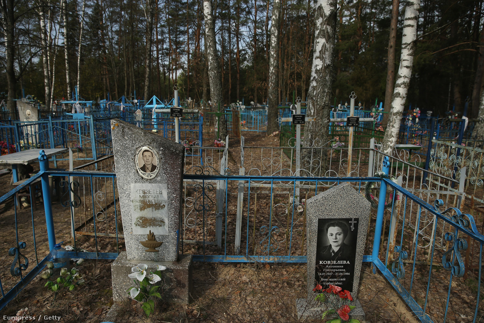 Sírkövek állnak a belarusz Beszjadz temetőjében. Az egykori erőműtől 170 kilométerre fekvő faluban 150 ház állt az 1986-os nukleáris baleset idején. A települést beszennyezte a radioaktív felhő. A hatóságok a közelebbi településekre koncentráltak, amikor evakuáltak, de 1991-ben kiderült, hogy ez a település sem biztonságos, evakuálták. A temetőbe ma már csak speciális engedéllyel lehet belépni. Belarusz 20 százaléka szennyezett valamilyen szinten radioaktivitással.