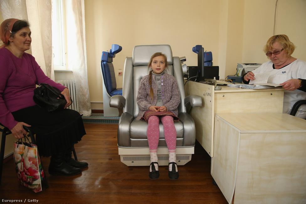 Harminc évvel a katasztrófa után még mindig nem vagyunk túl rajta. A nyolcéves Okszana Kurkacsot a teste által elnyelt cézium-137-izotópok miatt vizsgálják az kijevi Orvosradiológiai Nemzeti Kutatóközpontban, amit  a csernobili katasztrófa után állítottak fel. Még mindig több ezer ember él Ukrajnában olyan területeken, amik valamennyire szennyezett nukleáris anyagokkal. A kutatások kimutatták, hogy a cézium-137 és a stroncium-90 bejut az táplálékláncba a helyi élelmiszerekből és erdőtüzekből. Kijev északi területein egyértelműen több szívritmuszavart és gyenge immunrendszert mutattak ki a gyerekek között, és több az érrendszeri megbetegedés a felnőtteknél, sőt halálozási arányuk is magasabb a középkorúaknak.