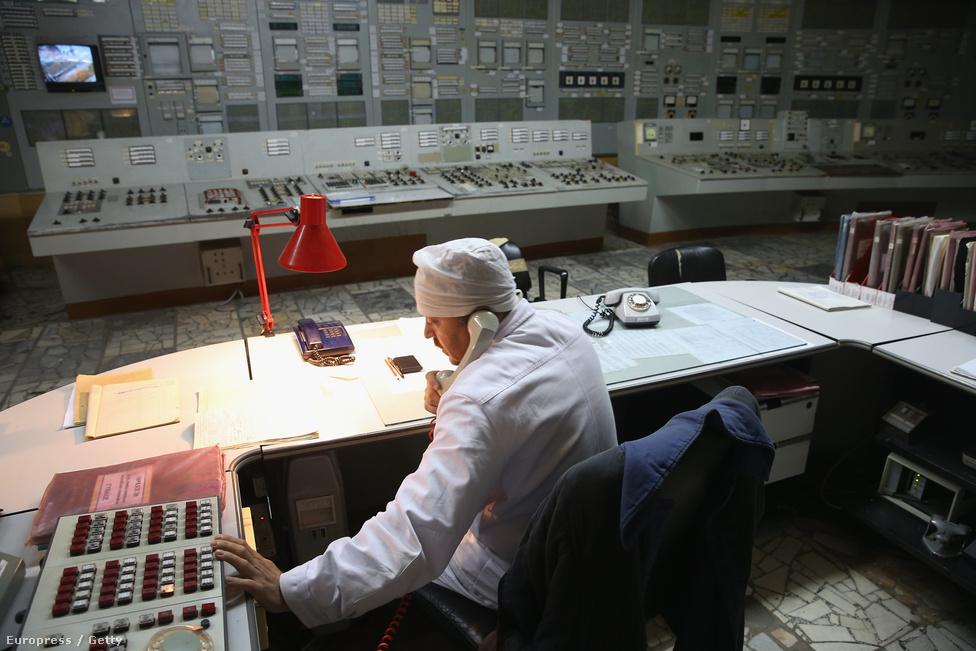 Egy munkás éppen telefonál a kettes reaktor irányítóközpontjából. Az egyes, kettes és a hármas reaktor még évekig üzemelt a négyes felrobbanása után. A kettes 1991-ben kigyulladt, ezért elkezdték lekapcsolni, az egyest 1996 novemberében, a hármast pedig kétezerben. A bent dolgozó mérnökök az elvileg évtizedes teljes leállítási folyamatot felügyelik, amin a katasztrófa miatt gyorsítottak. A három reaktor végső leállása 2015 áprilisában történt meg. Az egyes reaktor összetevőit már elkezdték szétszerelni, a munkálatok 2020–22-re érhetnek véget.