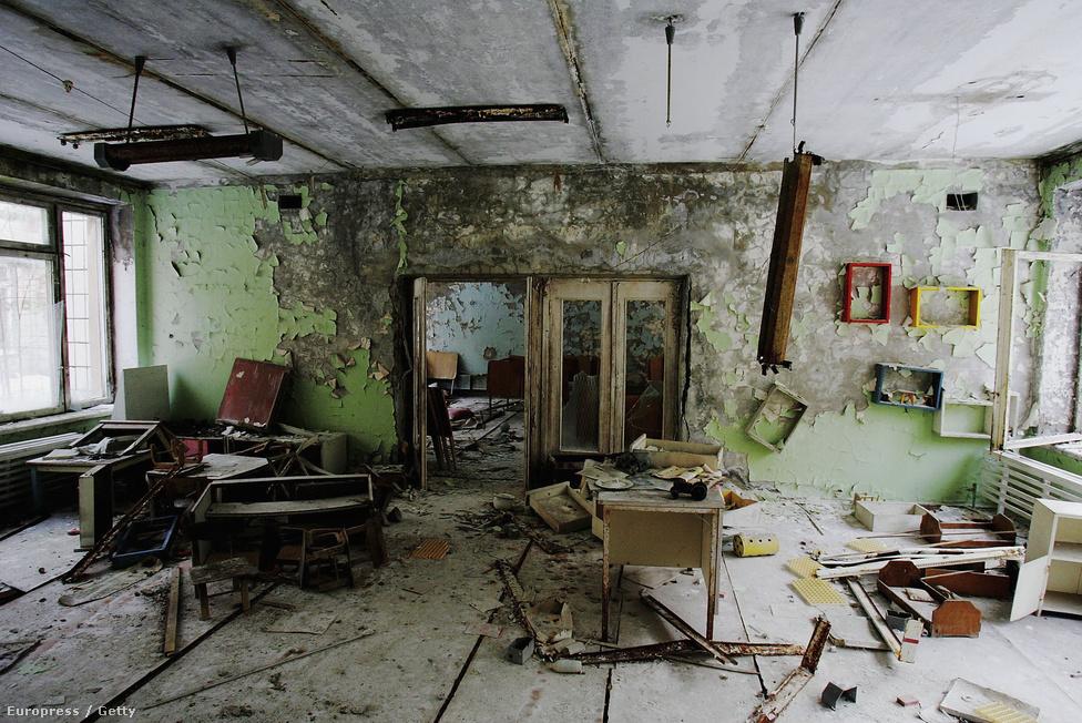 Így nézett ki a katasztrófa 2006-os évfordulóján egy elhagyott osztályterem Pripjatyban. A várostól alig három kilométerre fekszik a felrobbant erőmű, teljes lakosságát evakuálták. Itt nagyrészt az erőműben dolgozók és családjaik éltek, a katasztrófa idején majdnem ötvenezren. A terület nem biztonságos sem a sugárzás, sem az omladozó épületek miatt. A tudósok számításai szerint még évszázadokig lakhatatlan lesz, a teljesen biztonságos élethez, a legveszélyesebb radioaktív elemek bomlásához még legalább kilencszáz év kell.