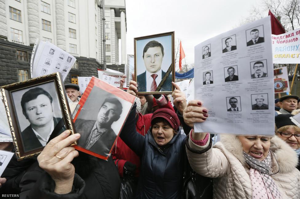 2016. március 23-án tüntetés volt Kijevben azért, hogy növeljék a katasztrófában érintett likvidátorok szociális juttatásait. A tüntetők a munkálatok miatt meghalt társaik fotóit tartják kezükben.