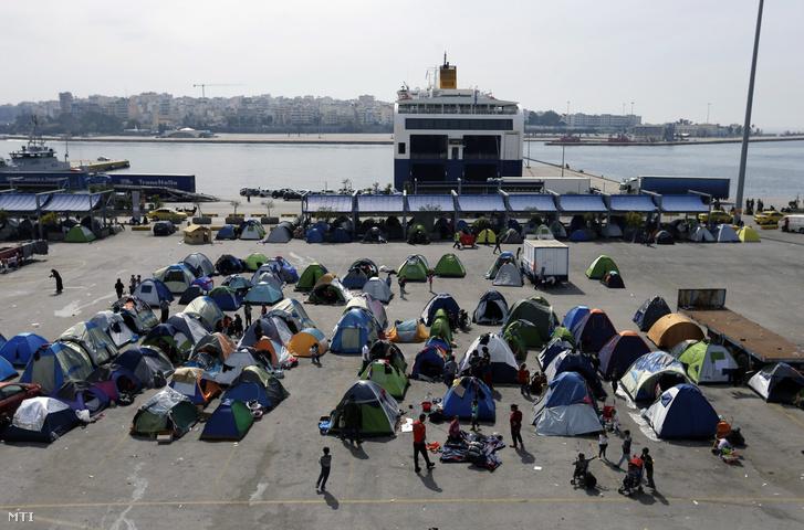Menekültek sátrai az Athén melletti Pireusz kikötõjében
