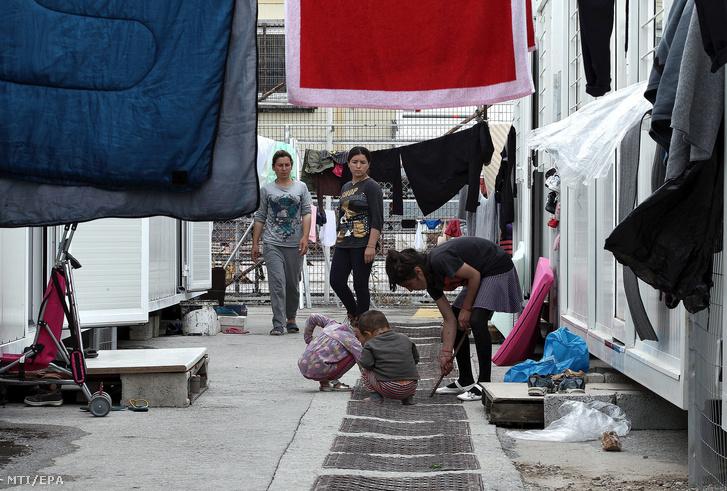 Konténerházakban elszállásolt nõk és gyerekek az Athén mellett létesített szkaramagaszi menekülttáborban.