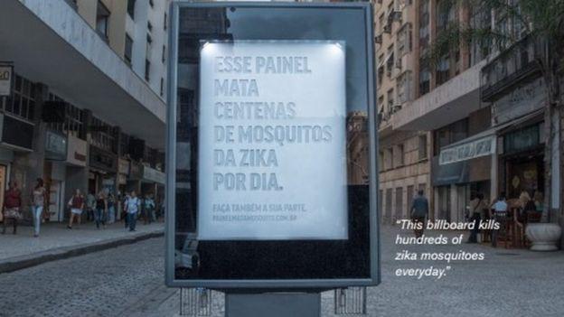 """""""Ez a plakát zika szúnyogok százait öli meg nap mint nap"""", áll a plakáton."""