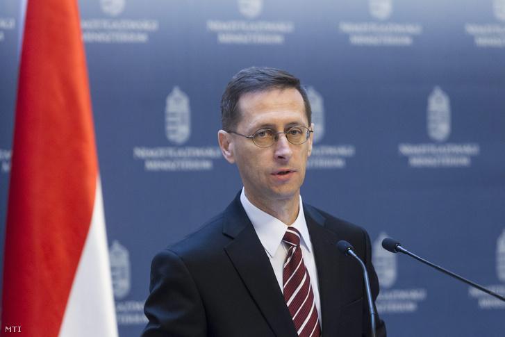 Varga Mihály nemzetgazdasági miniszter sajtótájékoztatót tart a 2008-ban felvett IMF-EU hitel utolsó részletének kifizetésérõl a Nemzetgazdasági Minisztériumban 2016. április 6-án.