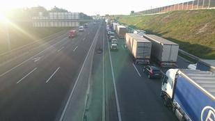 Két kamion rosszirányú találkozása miatt alakul a káosz az M0-son
