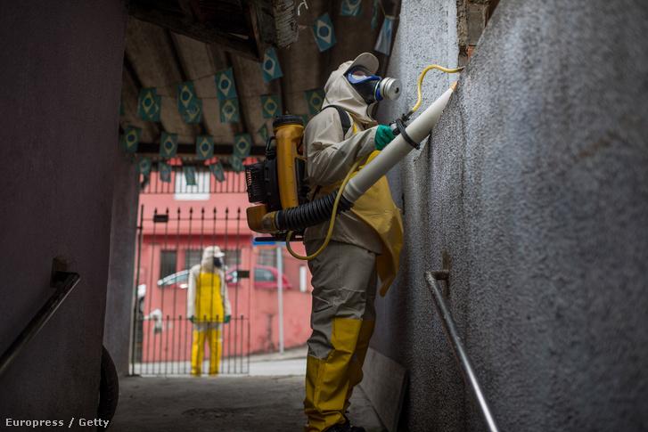 Szakemberek fertőtlenítik Sao Paolo utcáit, így próbálva megelőzni a zikavírus tovább terjedését.