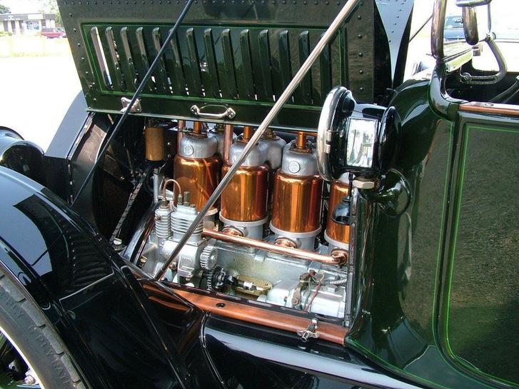 Jobb lent már egy indítómotort lehet kiszúrni az 1913-as Cadillac gépterében