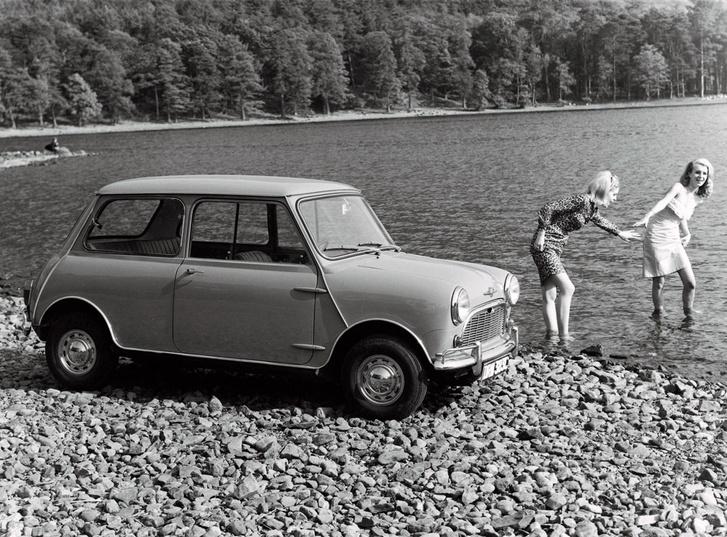 Luxuskivitel nagy dísztárcsával, kiegészítő lökhárítókkal1959-ben a Mininél vetették be először sorozatban a Rzeppa-csuklókat