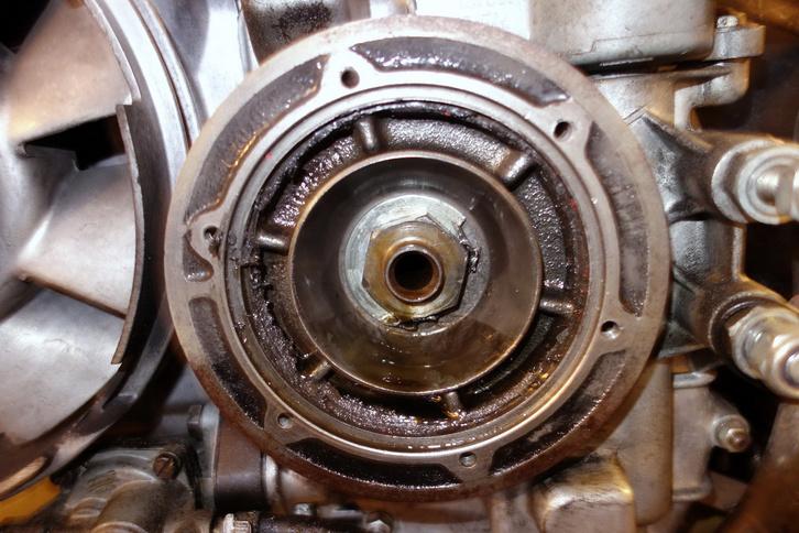 Centrifugális olajszűrő egy Fiat főtengelyének végén