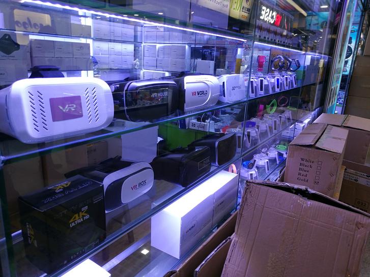 Egzotikus vr-sisakok sorakoznak egymás mellett a sencseni elektronikai plázák boltjaiban. Ott, ahol tévétuneres iPhone-ok, kémiai Nobel-díjat érő ultramagas kapacitású akkuk és más furcsaságok is előfordulnak