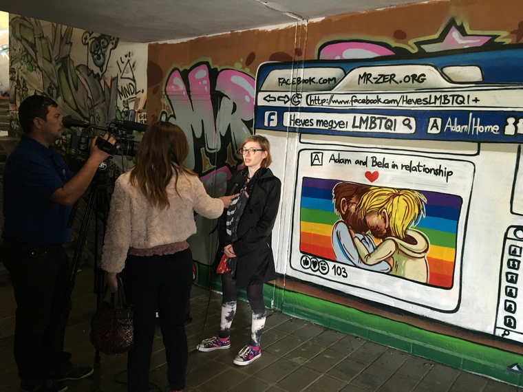 """""""Ez a graffiti egy kicsi, de fontos lépés. ... Fontos, mert azt üzeni, hogy itt is élnek LMBTQI-emberek. Az LMBTQI-embereknek pedig azt üzeni: nem vagytok egyedül! Bízunk abban, hogy ez a kép erőt ad, gondolatokat ébreszt, párbeszédet teremt!"""" – hangzott itt el"""