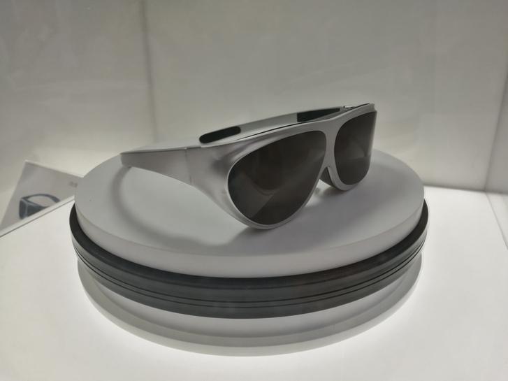 A kimondhatatlan nevű Dlodlo azt ígéri, hogy egy ilyen szemüvegbe kiváló VR-t épít. Sencsenben ezt még nem tudták megmutatni, csak egy üres vázat tettek a vitrin alá