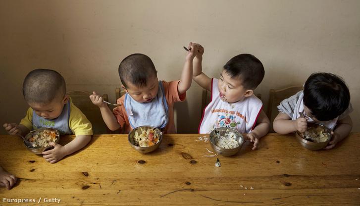 Gyerekek ebédelnek egy kínai árvaházban.