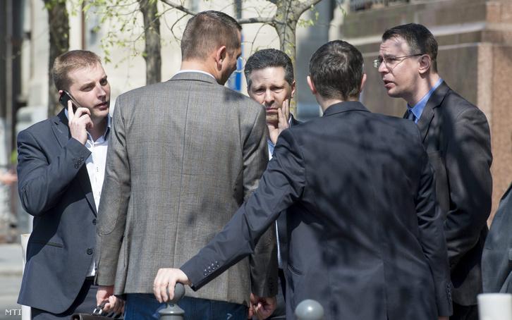 Harangozó Tamás az MSZP frakcióvezetõ-helyettese (b) Molnár Zsolt az Országgyûlés nemzetbiztonsági bizottságának szocialista elnöke (b2 háttal) Schiffer András az LMP társelnök-frakcióvezetõje (b3) és Mirkóczki Ádám a bizottság jobbikos tagja (j) a terrorellenes törvénycsomagról összehívott ötpárti egyeztetés után a Belügyminisztérium épülete elõtt 2016. április 12-én.