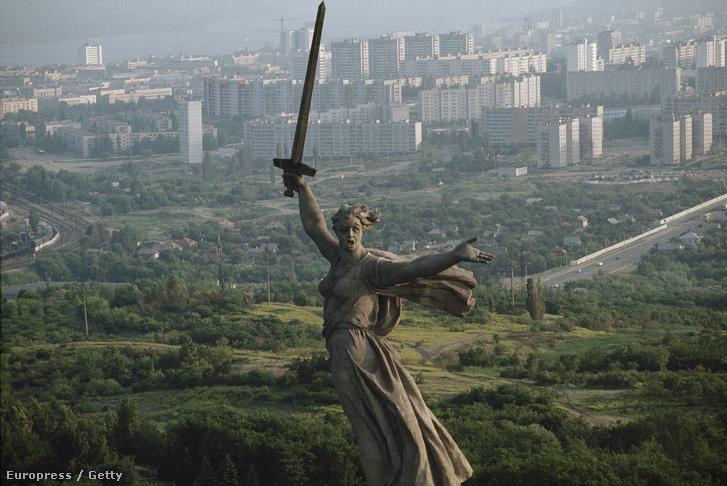 Volgográd látképe a sztálingrádi csata emlékére emelt szoborral.
